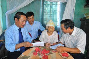 Thăm, tặng quà Bà Mẹ Việt Nam Anh Hùng, thương bệnh binh, người nhà anh hùng liệt sĩ