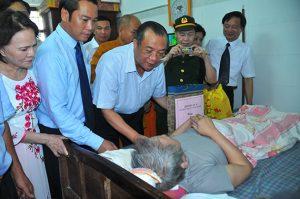 hứ trưởng Huỳnh Văn Tý và các đại biểu thăm, tặng quà bệnh binh Huỳnh Văn Cẩm (Ninh Bình) - Bệnh binh đặc biệt đã 5 năm nằm điều dưỡng tại Trung tâm.
